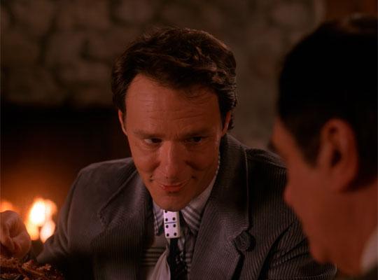 『ツイン・ピークス』で、ハンクが男の結婚話を茶化す