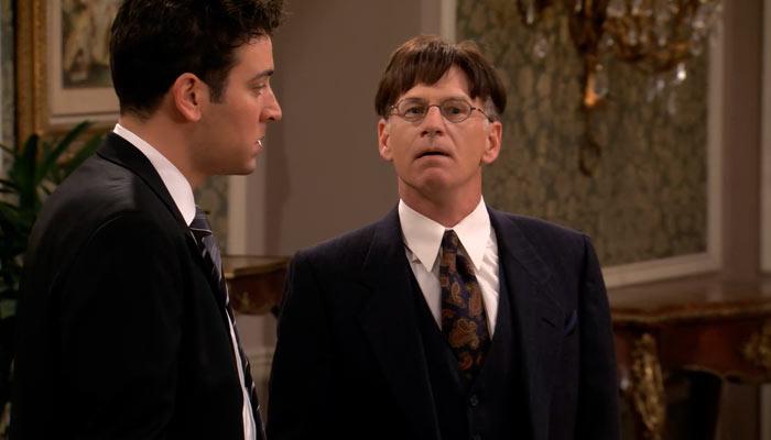 『ママと恋に落ちるまで』で、テッドはカツラの男にカツラを探すのを手伝ってもらう