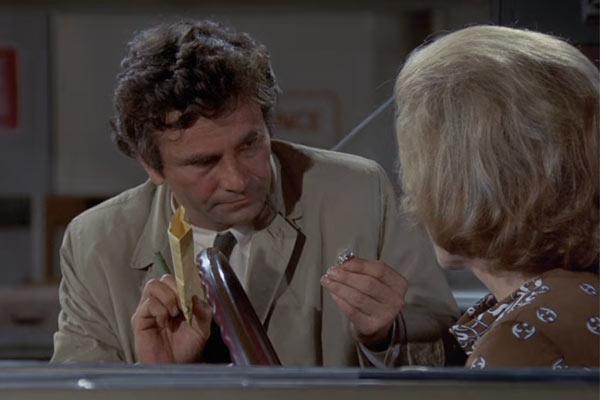 『刑事コロンボ』で、証拠の指輪を容疑者に突きつけるコロンボ