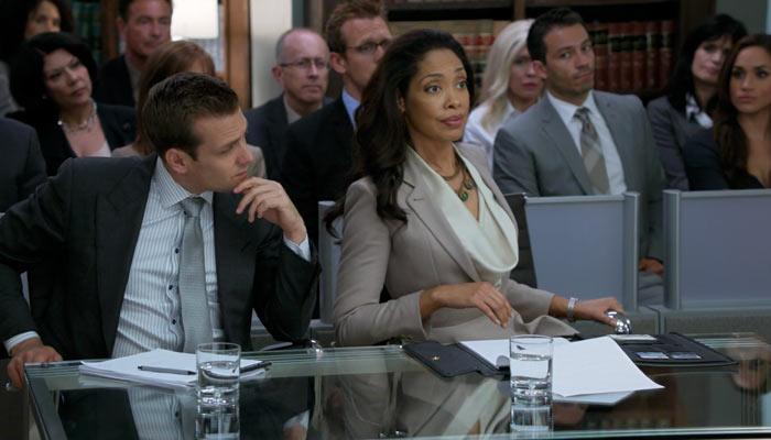 『SUITS/スーツ』で、協議を求めるピアソンとハーヴィー