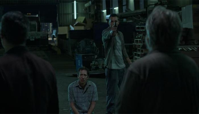 『オザークへようこそ』で、カルテルの裏切り者がボスの前で処刑される