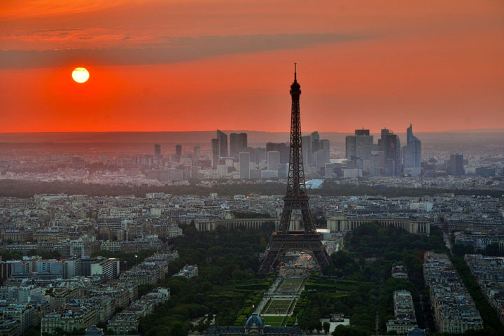 夕日に照らされるフランス・パリのエッフェル塔