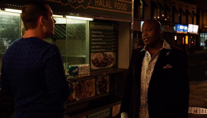 『アンブレイカブル・キミー・シュミット』で、タイタスがデート中の相手と屋台の前