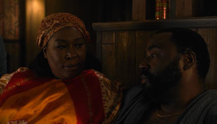 『GLOW』で、ナマポ・クイーンがサムのことをチェリーの夫に聞く