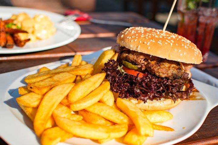 ハンバーガーとフレンチフライ