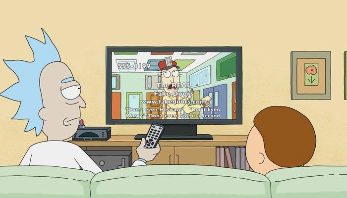 『リック・アンド・モーティ』で、ケーブルテレビを見てるモーティとリック。リックは飽きてチャンネルを替えようとする