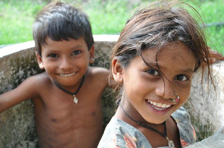 東南アジアの子供姉弟が笑う