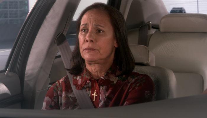 『ビッグバン★セオリー』で、レナードの母ベバリーと会うことになったシェルドンの母は十字架を出す