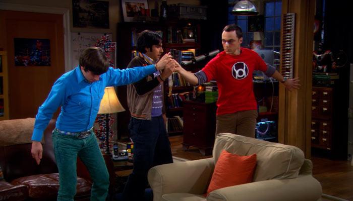 『ビッグバン★セオリー』で、ネックレスを獲得するため手を離さないシェルドン、ハワードとラジ