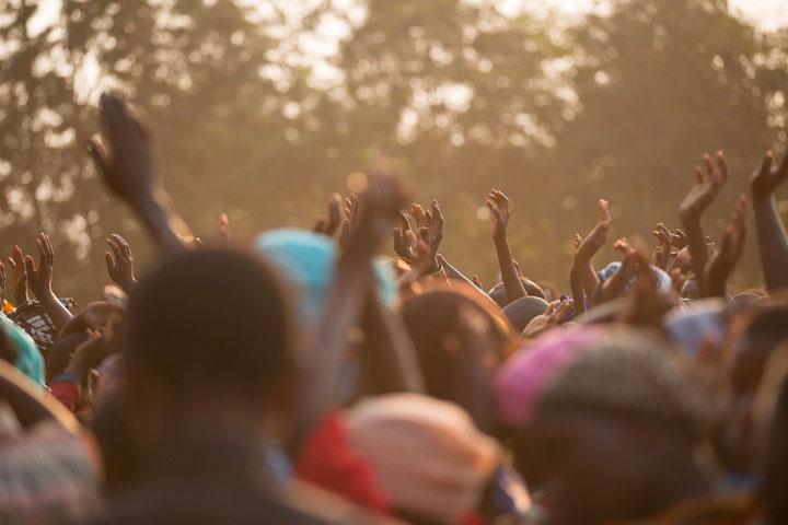 手を挙げて祝う黒人の観衆
