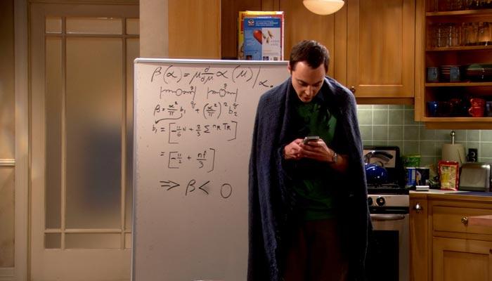 『ビッグバン★セオリー』で、シェルドンはレズリーの行為を形容する形容詞を思い出し、それを彼女へショートメッセージする