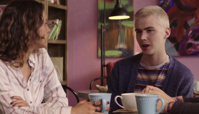 『13の理由』で、自分の父親が警察官であることを友達のジェシカに話すアレックス
