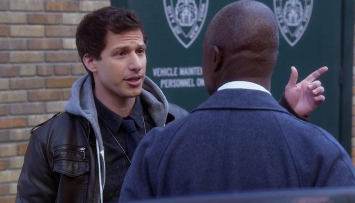 『ブルックリン・ナイン-ナイン』で、ジェイクは署長を近所にする祖母の家に招待する