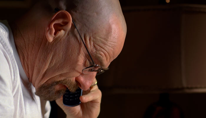 『ブレイキング・バッド』で、ウォルターはマイクに警察がガサ入れが入ることを知らせる
