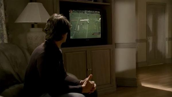 『ザ・ソプラノズ 哀愁のマフィア』で、テレビのアメリカン・フットボールの実況を見るシーン