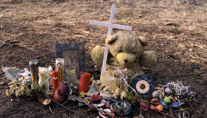 『Dead to Me(デッド・トゥ・ミー ~さようならの裏に~)』で、ジェンとジュディが交通事故の献花・慰霊碑について話す