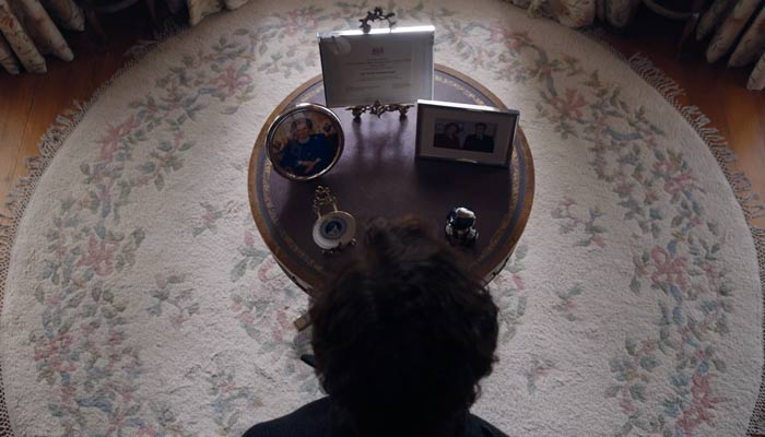 『SHERLOCK(シャーロック)』で、ホームズは個人の遺品・写真を飾ってあるテーブルからインスピレーションを得る