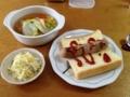 ソーセージサンドとコンソメ、キャベツとセロリのサラダ