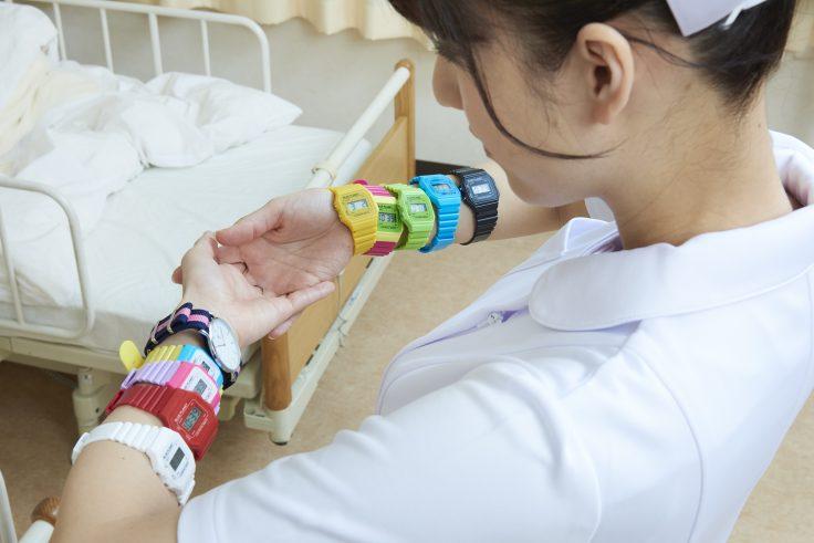 たくさんの時計をつけた看護師