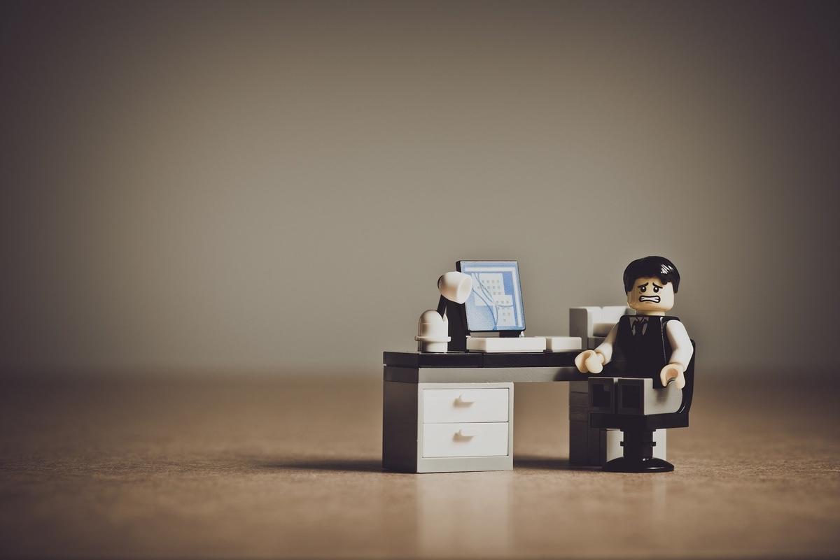 パソコンの前で怯えているレゴ人形