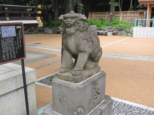新宿熊野神社の右の狛犬