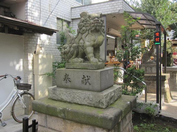 皆中稲荷神社の左の狛犬