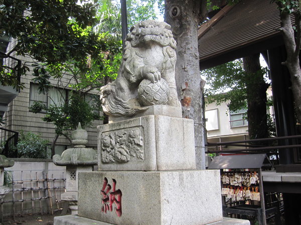 高円寺氷川神社の左の狛犬