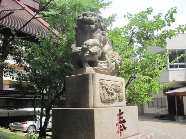 高円寺氷川神社の右の狛犬