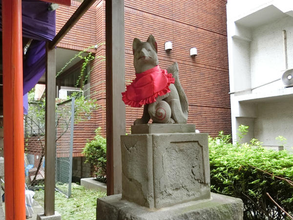 """""""白菊稲荷神社の右の狐"""
