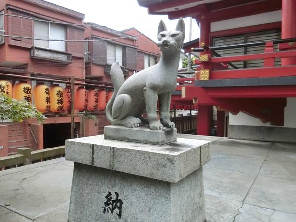 茶ノ木稲荷神社の左の狐