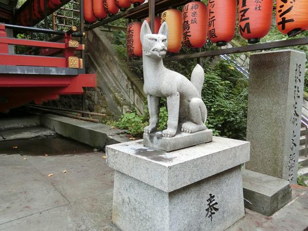 茶ノ木稲荷神社の右の狐