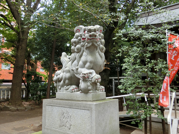神明氷川神社の左の狛犬