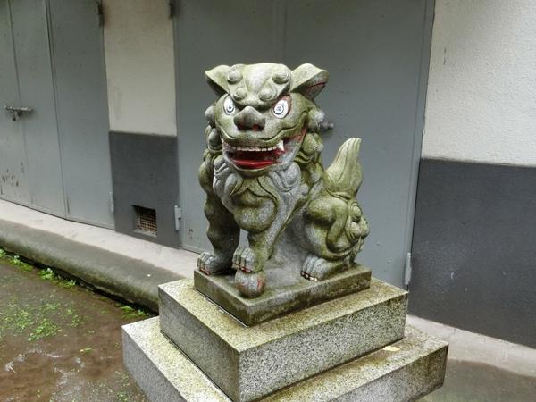 銀杏岡八幡神社の右の狛犬