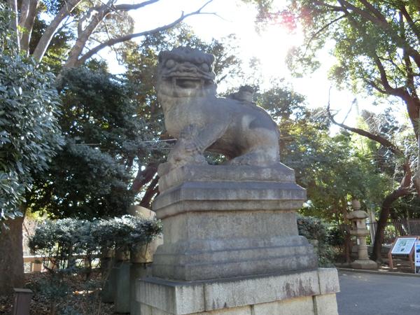 靖国神社の左の狛犬