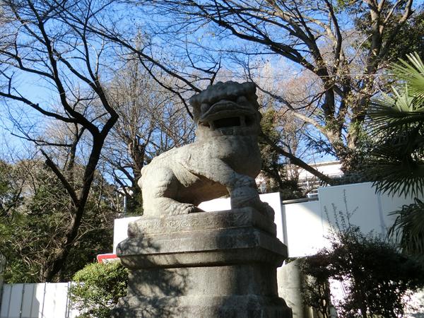 靖国神社の右の狛犬