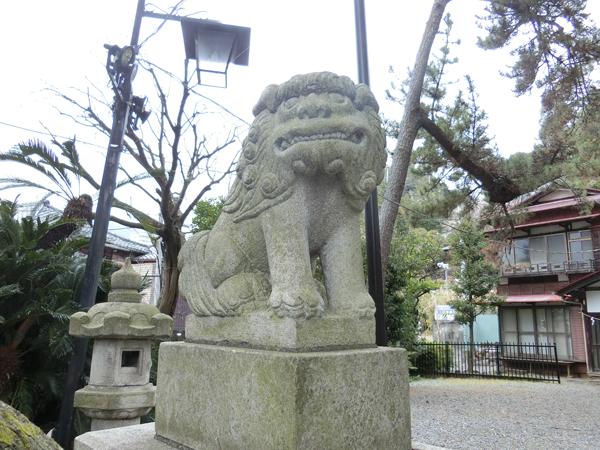 湯前神社の左の狛犬