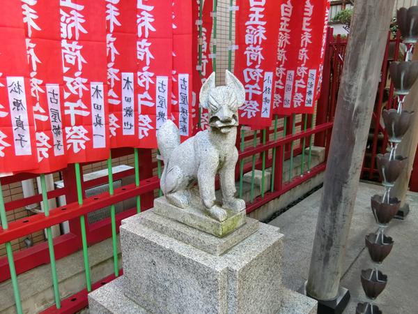 白玉稲荷神社の左の狐
