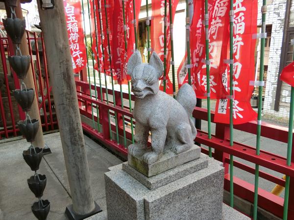 白玉稲荷神社の右の狐