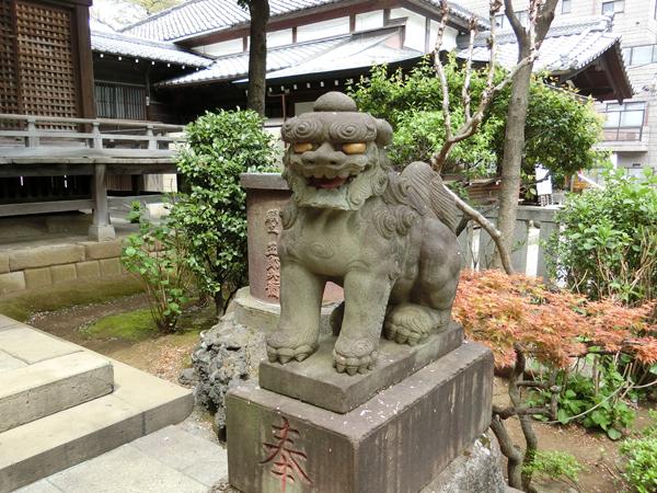 白山神社の右の狛犬