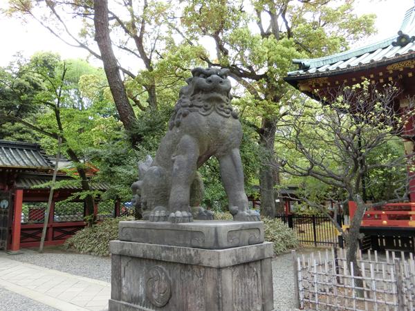 根津神社の左の狛犬