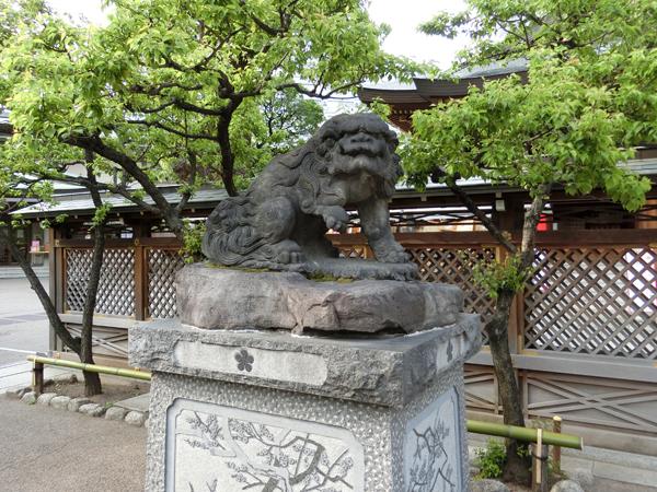 湯島天神の左の狛犬