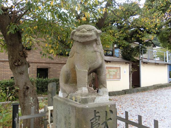 走水神社の左の狛犬