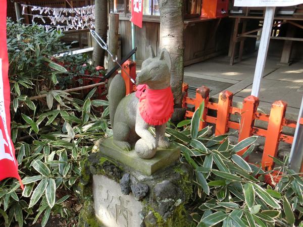 花園稲荷神社の左の狐