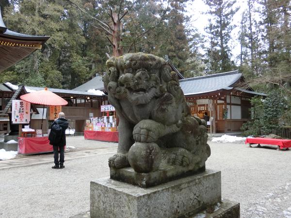宝登山神社の右の狛犬