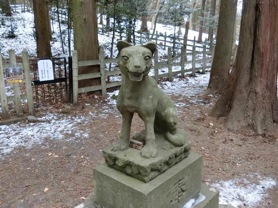 宝登山神社奥宮の右の狼