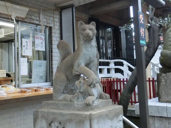 皆中稲荷神社の左の狐
