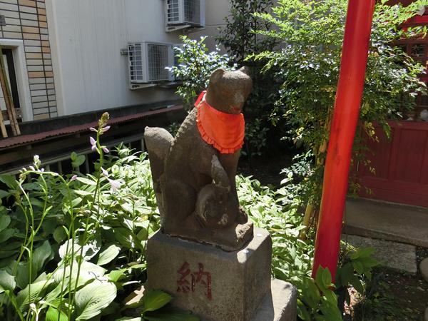上布田稲荷神社の左の狐