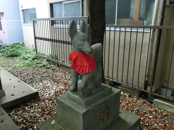 さくら稲荷神社の右の狐