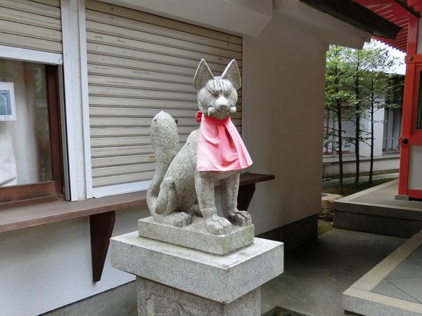 豊栄稲荷神社の左の狐