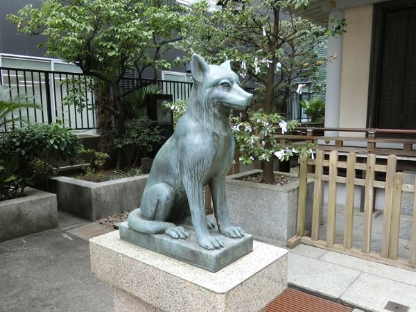 宮益御嶽神社の左の狼